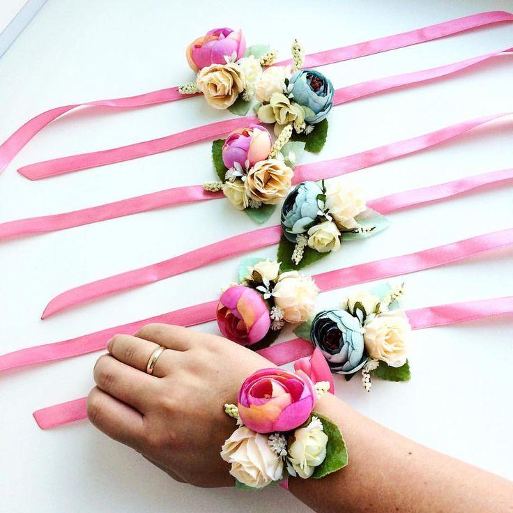 53 отметок «Нравится», 1 комментариев — УКРАШЕНИЯ ИЗ ЦВЕТОВ🌸НСК🌸 (@cvetyvvolosah) в Instagram: «Набор браслетиков для подружек 👰🏼 🥂 Выполнено на заказ Цветы прикреплены к лентам…»