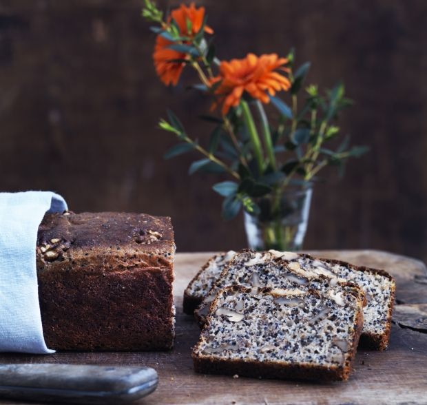 Bag et lækkert valnøddebrød, der er spækket med kernesundhed. Denne opskrift på valnøddebrød er med quinoa og fuldkornsmel – nyd den sammen med en god marmelade på toppen!
