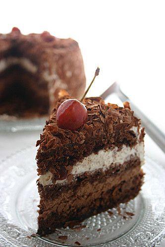 FORET NOIRE (Pour 8 P – GENOISE : 3 œufs, 100 g de sucre, 50 g de farine, 30 g de Maïzena, 20 g de cacao non sucré, 1.5 g de levure) (SIROP : 50 cl d'eau, 250 g de sucre, 1 gousse de vanille, rhum ou kirsch) (GANACHE : 45 g + 65 g de crème, 12 g de miel, 40 g de chocolat) (CHANTILLY : 400 g de crème, 20 g de sucre glace, vanille) Copeaux de chocolat, Cerises à l'alcool, Cacao en poudre
