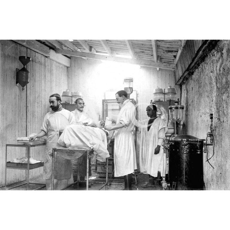 En el campamento de Tetuan, Protectorado español del Rif, octubre de 1913. El médico mayor Sr. Horcada curando a un herido de las fuerzas regulares indígenas en el hospital de sangre