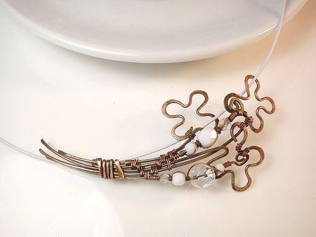 Fotogaléria šperkov, drôtený, tepaný a patinovaný medený šperk, drôtikovaný prívesok s minerálom, šperky s kameňom, kvety.
