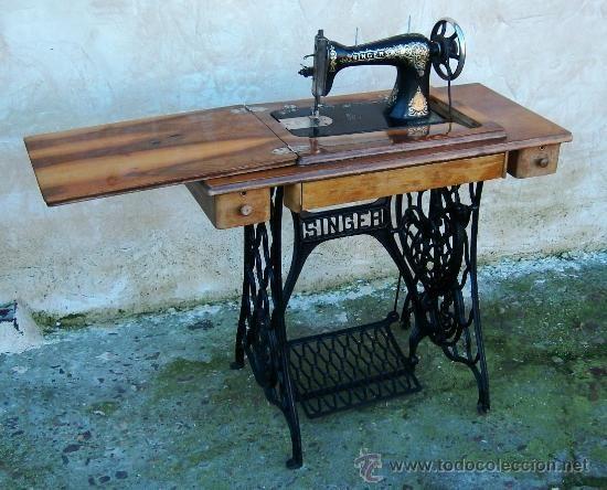 Maquina de coser singer antigua con mesa de nogal y hierro for Mesa para maquina de coser
