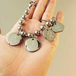 Jolie commande spéciale! Le bracelet perles acier avec 4 médailles personnalisées! Magnifique! N hesitez pas a nous contacter à service.client@happybulle.com pour vos commandes particulières, nous nous ferons un plaisir d y répondre! #happybulle #voscommandes #commandespeciale #cadeau #acier #bijoupersonnalisé #bijougrave #bracelet