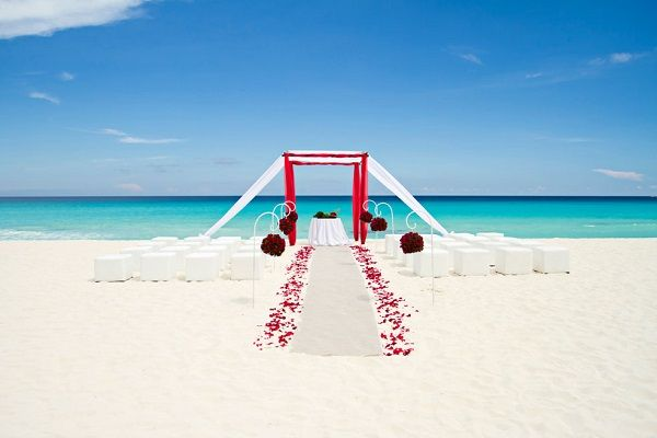 4 Breathtaking Beach Wedding Setups: Bring on the romance! This red-infused décor is classic and sophisticated while still maintaining the playful elegance of a beach wedding. #beach #wedding