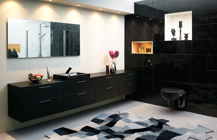 Badrumsinspiration! Helsvart badrumsmiljö skapad av formgivaren Jon Eliason. Lyxig och intim miljö!  | GUSTAVSBERG