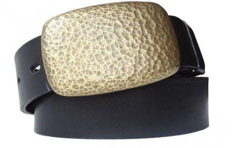 Schwarzer Gürtel mit abgerundeter Metallschnalle in getriebener Messing-Optik.Sie bekommen höchste Qualität, wenn Sie diesen schwarzen Gürtel kaufen. Das Leder stammt aus Italien und ist so dick, dass Sie lange Freude daran haben werden. Dank der breiten Löchern reißt nichts aus und Sie können sich die Bundweite aussuchen, die Sie brauchen. Die abgerundete Schnalle im Messing-Look bietet einen schönen farblichen Kontrast zum schlichten Schwarz des Gürtels aus Leder.