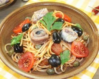 Spaghetti alla puttanesca légers tomate, olives, câpres et anchois : http://www.fourchette-et-bikini.fr/recettes/recettes-minceur/spaghetti-alla-puttanesca-legers-tomate-olives-capres-et-anchois.html