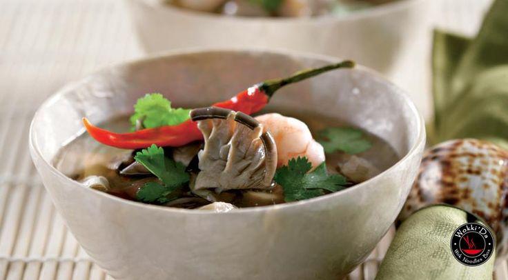 Суп том ям кунг Ингредиенты рыбный соус нам пла – 5 ст. л. сок лайма – 2 плода готовая паста чили – 2 ст. л. бульон куриный – 1,5 л лимонное сорго – 2 стебля корень галангала (калгана) или имбиря – 3 см кинза – горсть листьев свежий тайский перец чили – 3-7 шт. грибы (вешенки) – 300 г крупные свежие или замороженные креветки – 24 шт. кафрский лайм (или цедра 2 лаймов) – 5-7 листьев Приготовление Если используете замороженные креветки, их следует заранее разморозить – на верхней полке…
