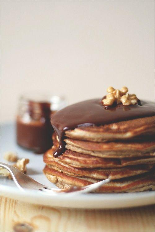 Tortitas de harina de castañas y yogur con salsa de chocolate