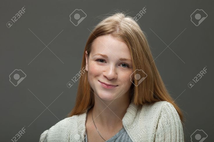 Человеческие выражения лица и эмоции. Портрет молодой улыбается очаровательны рыжий женщина в уютной рубашке, глядя счастливы и мило. Фотография, картинки, изображения и сток-фотография без роялти. Image 66264689.