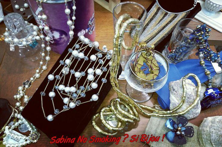 Dettagli #sabinanosmokingsibijou #viamilano52 #cesenatico Collane multifilo oro e perle.