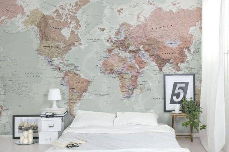 Quarto com papel de parede de mapa mundi rosa.