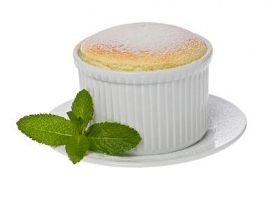 Kalte Milch mit Stärke glatt rühren, auf dem Herd erwärmen und 1 Minute rühren. Butter dazugeben und abkühlen lassen. Die Dotter einzeln