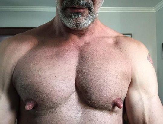Самые крупные мужские соски порно она