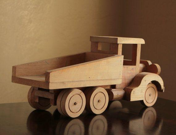 Ce camion à benne basculante bois pin rustique est un petit rêve de garçons. Les roues tournent. La construction est très robuste et ressemble à un véritable camion avec deux sièges et un volant. La benne ne lève pas vers le haut.  Le bois na pas été fini, donc vous pouvez le laisser tel quel ou de terminer par une couche de lasure ou de peinture. Il y a quelques tintements et des éraflures présents dans le bois. Sil vous plaît être conscient que certaines des surfaces ont des arêtes vives…
