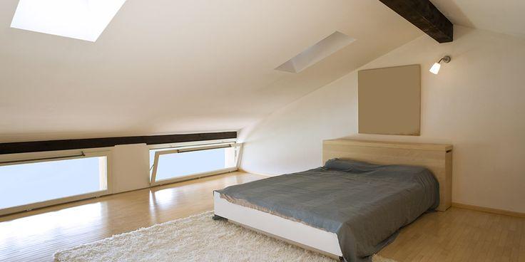 Letti bassi e essenziali da utilizzare in una camera da letto in mansarda