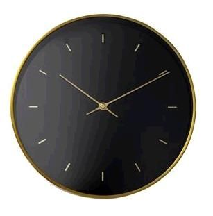 """Kjempestilig veggklokke fra Bloomingville. Denne er laget i metall, har sort bakgrunn og visere i en herlig gullfarge. Klokken har også en stilig gullfarget kant som gir den det """"lille ekstra"""". Er du ute etter en veggklokke med stilren og god design så er denne perfekt. Utrolig stilig, og veldig god kvalitet! Mål: ø25cm"""