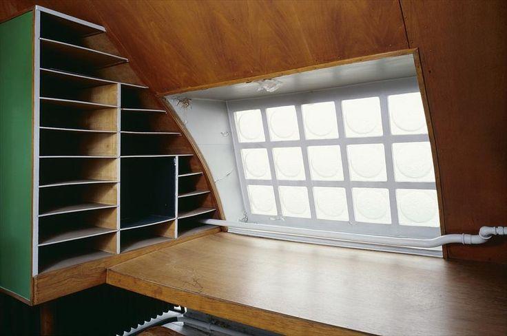 Небольшой домашний рабочий стол в углу большой студи.  (домашний офис,офис,мастерская,архитектура,дизайн,экстерьер,интерьер,дизайн интерьера,мебель,квартиры,апартаменты,конструктивизм,Ле Корбюзье,Франция,Париж) .