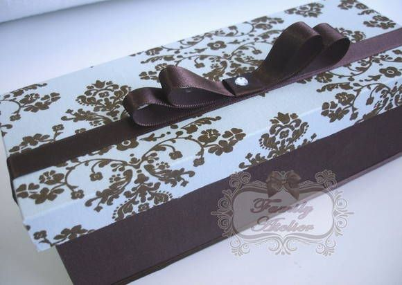 Caixa em madeira MDF, revestida em tecido - com acabamento em fita de cetim e laço chanel.    Vem com tag personalizado - com nome e data do evento.