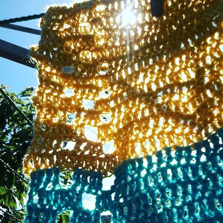 Día 88: #luzdelsol / Día 88: #sunshine  Cuando llega el otoño comienza la temporada de tejer #bufandas . Sigo el patrón de la puntilla salmón que puse en mi blog. When autumn comes begins the season of making #scarves . I follow the pattern for the salmon edging I shared on my blog. #crochet365 #crochet #ganchillo #ganxet #virka #hakeln #hekle #virkning #uncinetto #crochetersofinstagram #instacrochet by curupisa