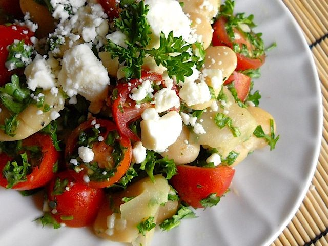 We love yummy, healthy fresh food on a budget! Check out this Mediterranean white bean salad for a great meal that wont break the bank!