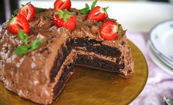 Underbar chokladtårta med jordgubbar, omöjlig att motstå! Tårta till #midsommar