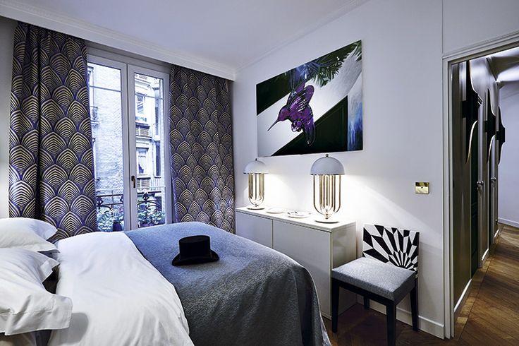 В спальне стоит стул Tectonic Silence соспинкой, отделанной мраморным маркетри. Текстиль французских фабрик Lelievre and Thevenon. На комоде–две лампы Turner