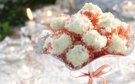 Sagolika snöbollor med vit choklad aprikos och kokosflingor