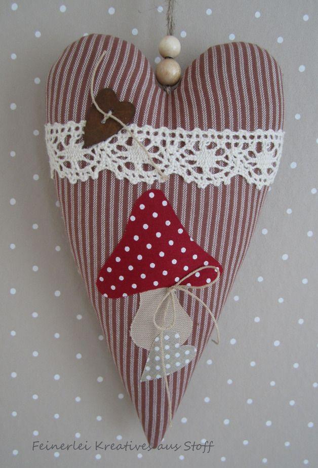 Großes Herz im Landhausstil, verziert mit einem Fliegenpilz,Klöppelspitze,Schleife und Herzchenknopf.  Aufhängeband: Juteband  Eine schöne Dekoration nicht nur im Herbst.