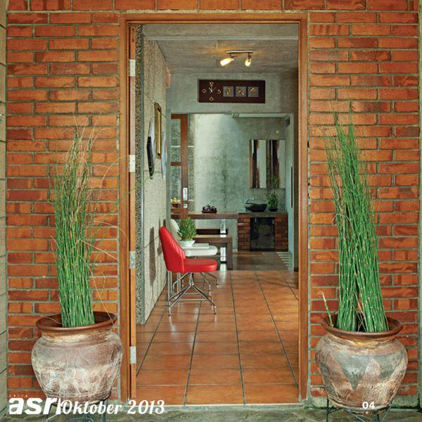 Entrance rumah dihubungkan dengan area foyer yang dilengkapi dengan dua kursi sebagai area transisi yang menghubungkan dengan ruang-ruang dalam inti pada rumah ini.