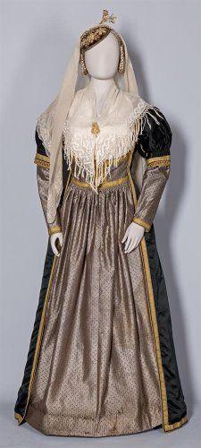 Νυφική ενδυμασία. Λευκάδα, 19ος-20ός αι. Η καρφίτσα που στολίζει τον κεφαλόδεσμο και τα σκουλαρίκια είναι δωρεά του Ιωάννη και της Ειρήνης Θερμού στη μνήμη της Αικατερίνης Θερμού-Μαχαιρά