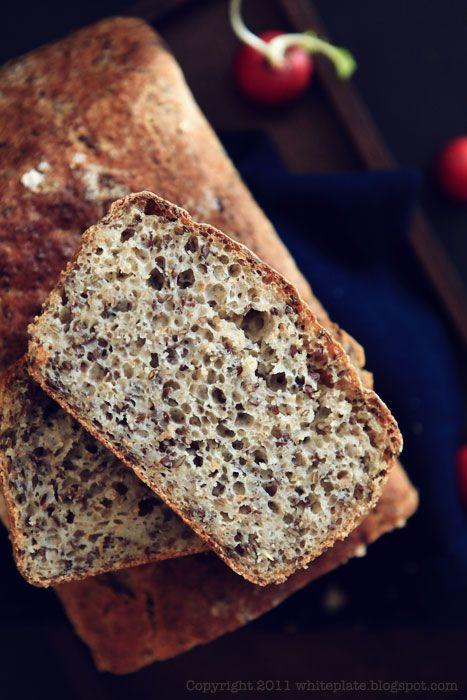 Zawsze chciałam upiec chleb z maksymalnie dużą ilością siemienia lnianego. Dlaczego dopiero teraz to zrobiłam? Nie wiem.  Chleb ma chrupią...