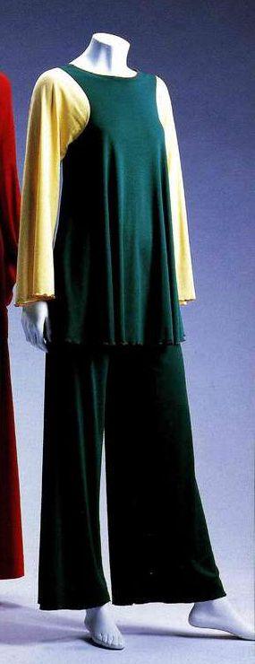 Туника и брюки. Стивен Бёрроуз, начало 1970-х. Зеленый трикотажный верх со светло-желтыми рукавами, край рукавов и туники обработан красной нитью.
