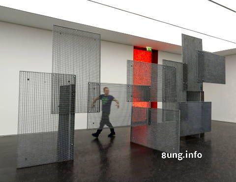 Wo hat man als kunstinteressierter Besucher schon die Gelegenheit, im Museum - ganz legal - einen bleibenden Eindruck zu hinterlassen? Im Kunstmuseum Stuttgart vom 18. März bis 18. Juni 2017. Leni Hoffmann liebt Überraschungen.  Im dritten Stock öffnet sich die Schiebetür und die Besucher sehen einen Riesenraum mit ... kahlen Wänden.   #Knetgummi #Kubus #Kubus.Sparda-Kunstpreis #Kunstausstellung #Künstler #Kunstmuseum #Leni Hoffmann #Malerin #moderne Kunst #Stuttgart