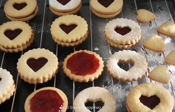 Benodigdheden 200 g boter 200 g suiker 1 ei 400 g bloem 2 theelepels vanille extract (gekartelde)ronde uitsteker kleine (gekartelde) hartjes uitsteker rode