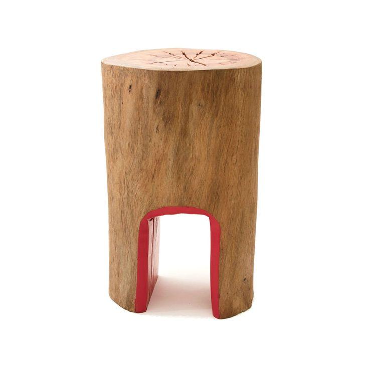 Banco ou mesa lateral feito de madeira maciça de eucalipto na cor natural. Possui dois pés com pintura interna em esmalte vermelho. Pode ser usado em área externa