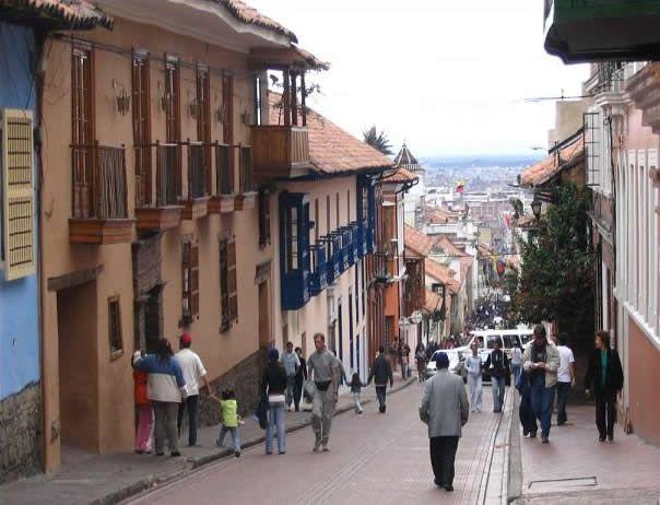 La Candelaria está formada con una serie de calles que limitan por norte con el Eje ambiental y la Avenida Jiménez. Por el sur, con la calle Cuarta...