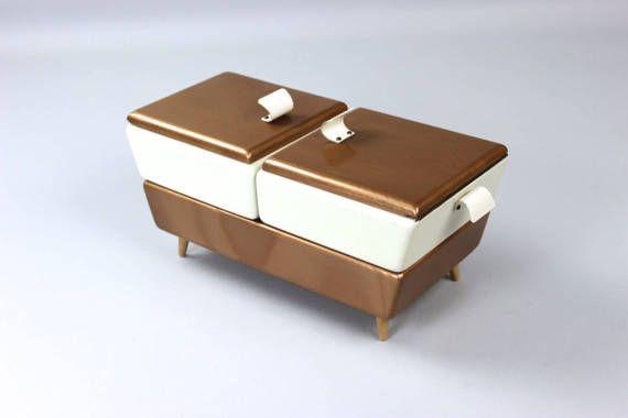 Mid Century Nähkasten | Nähkästchen | Schmuckkasten | 50er Jahre Ein tolles Schmuckstück für alle Vintage Fans und Schneider | Original Farbe Ideal zur Aufbewahrung von allerei Nähutensilien oder anderen schönen Dingen. Man kann ihn aufgrund seiner Größe auch sehr gut als dekorativen Schmuckkasten verwenden.  Der Nähkasten hat 2 Ebenen und 2 Deckel. Die oberen Fächer lassen sich zur Seite verschieben. Der Innenraum ist mit einem stabilen Papier ausgekleidet.  Er ist in einem sehr guten…
