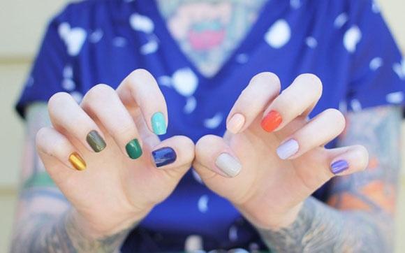 Unhas coloridas    Nível de dificuldade: baixo    Truque para fazer: é só escolher 10 cores de esmalte diferentes e pintar uma em cada unha. Você pode até fazer manicures temáticas, variando tons da mesma cor, ou só entre esmaltes neon, por exemplo.