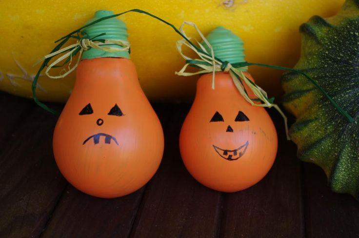 Dýně ze žárovek - Žárovky jsme natřeli oranžovou barvou, kontakty na spodní straně pak zeleně. Tlustým černým fixem pak můžeme domalovat obličej dle vlastní kreativity. ( DIY, Hobby, Crafts, Homemade, Handmade, Creative, Ideas)