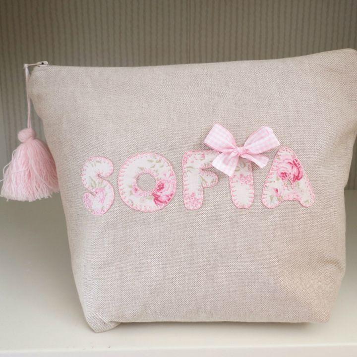 Neceseres personalizados hechos a mano con tejido exterior de lino. Elige la tela en la que irá bordado tu nombre y forrado el interior.
