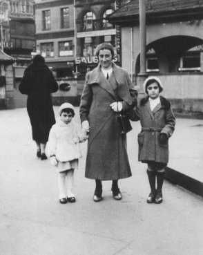 Anne Frank with her mother Edith and sister Margot. Frankfurt, Germany, 1933.