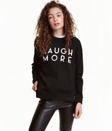 Zwart. Een sweater van joggingstof met een relaxte pasvorm. De sweater heeft verlaagde schoudernaden, een boord aan de onderkant en onder aan de mouwen en