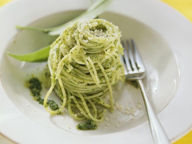 Pesto mit Bärlauch - mmmhhh, köstlich! Nudeln mit Bärlauch-Pesto - smarter - Kalorien: 682 Kcal - Zeit: 30 Min. | eatsmarter.de