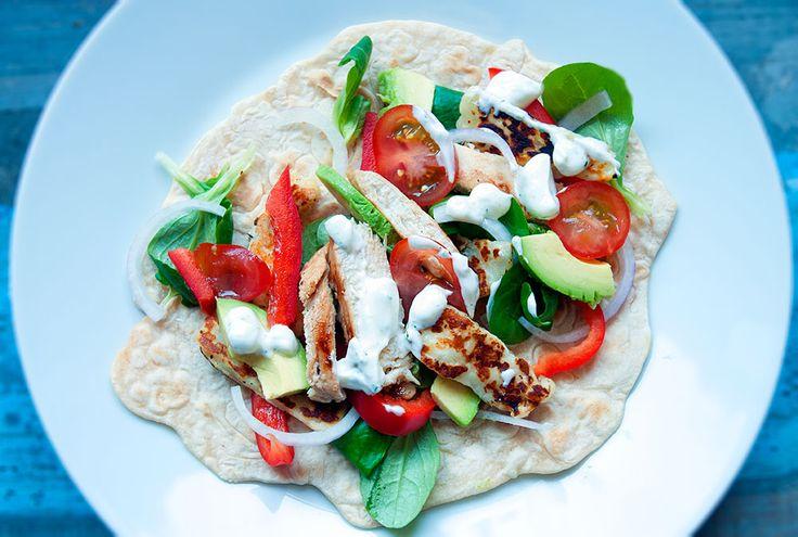Speltwraps met salade, halloumi en (vega)kip. #recept #halloumi #wraps #foodblog #ohmymeal
