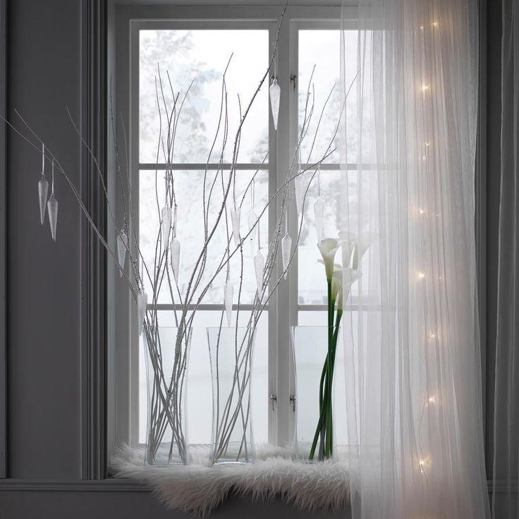 Белые цвета, прозрачные материалы и плавные формы – ключевые элементы, которые помогут оформить интерьер в зимней стилистике. Начните с украшения окон, добавив несколько стеклянных ваз с тонкими ветками или белоснежными цветками СМИККА, легкие гардины, теплую овечью шкурку и гирлянду.  На фото: искусственный цветок СМИККА (349.-), гардины ЛИЛЛЬ, 2 шт. (279.-), ваза РЕКТАНГЕЛЬ (999.-), гирлянда СЭРДАЛЬ (899.-) #IKEA #ИКЕА #ИКЕАРоссия #будьтетакдома