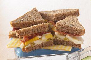 Savourez votre bacon et vos œufs... dans un sandwich! Parfait pour le déjeuner, le brunch, le dîner ou le souper, ce sandwich étagé vous permet de retrouver les saveurs du déjeuner dans chaque bouchée. Miam!