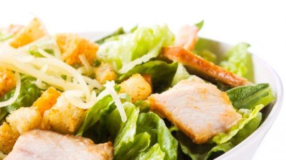 Dit is een heerlijke warme salade met een combinatie van sla en vlees, maar nog belangrijker... de dressing geeft de finishing touch!