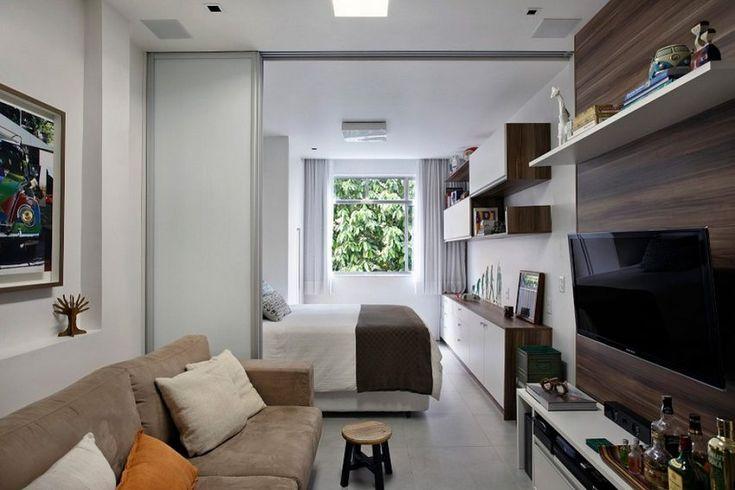 A kis alapterületű, 27 négyzetméteres lakás elosztását átdolgozta a lakberendező - a hosszú téglalap alakú, mindössze egy ablakkal rendelkező, két részre osztott térben elbontotta a falat, üveg tolóajtóval oldva meg a térelválasztás problémáját.