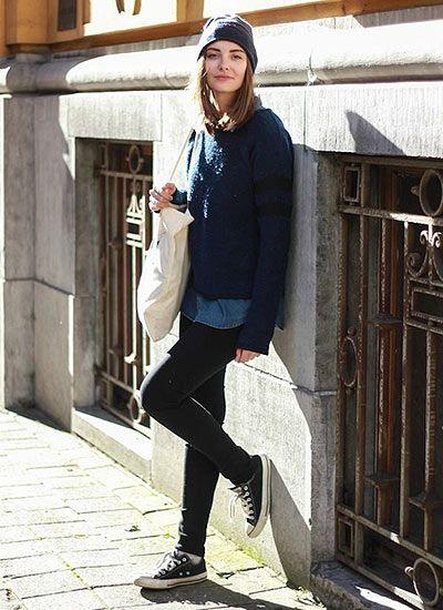 青セーター×黒パンツのシンプルコーデ(レディース)海外スナップ | MILANDA